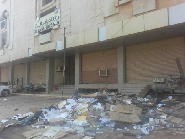 الوزيرة ولاء البوشي ترمي بملفات وزارتها في الشارع العام بصورة مؤسفة